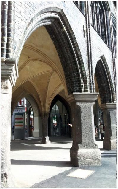 De vackra valven under byggnaden som avskärmar Breite Strasse från torget där julmarknaden hålls
