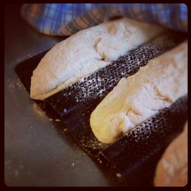 Franska baguetter på jäsning i nya baguetteplåten