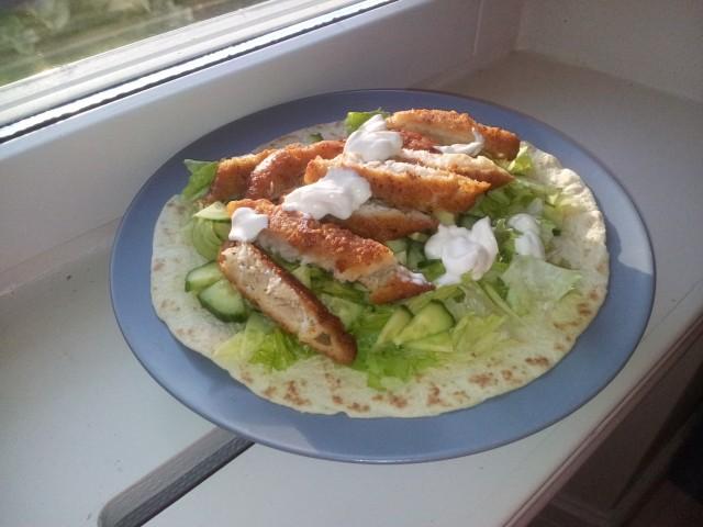 tortilla bröd med gurka, isbergssallad, uppskuren xl fiskpinne och neutral creme fraiche