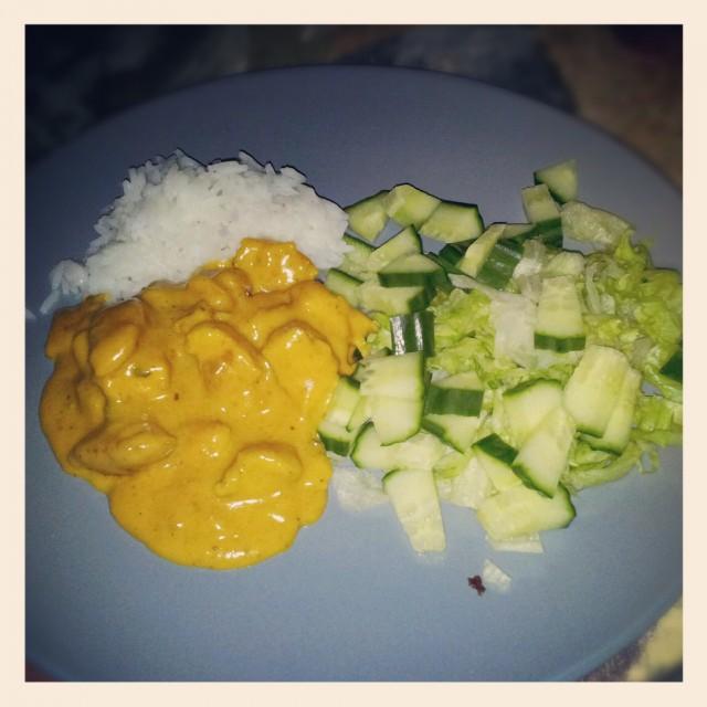 Kyckling curry med gurka, isbergssallad och ris