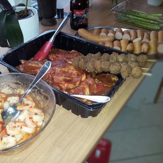 Grillmeny - räkor i chilisås, entrecote, köttbullar, baconsnurror, kycklingfilé, korv, svamp, sparris
