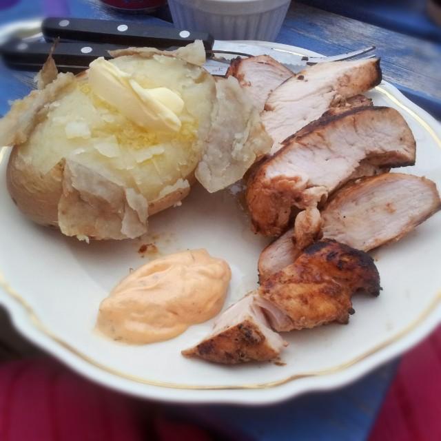 Grillad kycklingfilé med bakpotatis, smör och bearnaisesås