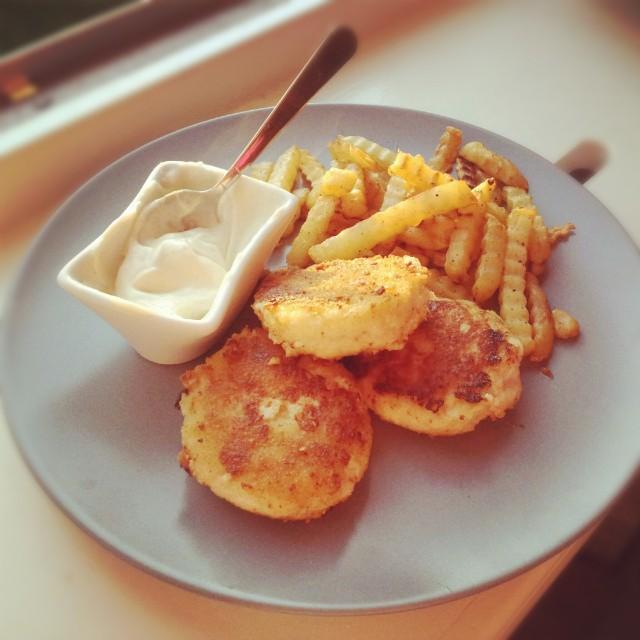Egna torskburgare/fiskburgare med pommes och vitlöksmajonäs