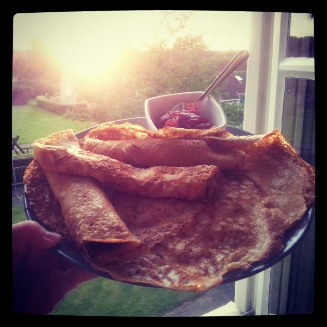 Pannkaksmiddag med mammas jordgubbssylt i solnedgången