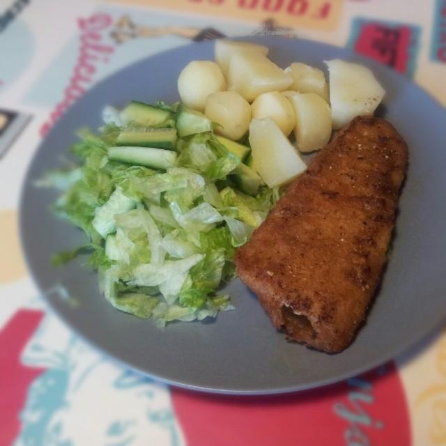 Dagens middag: XL fiskpinnar från findus, kokt färskpotatis från pappas potatisland och isbergssallad, gurka