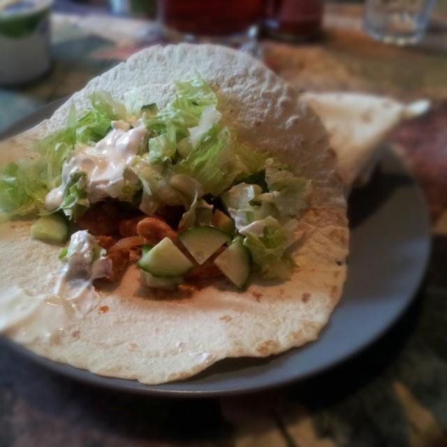 Kyckling fajitas med isbergssallad, gurka, lök, creme fraiche och tortilla bröd