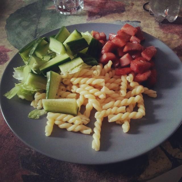 Stekt falukorv med pasta och sallad