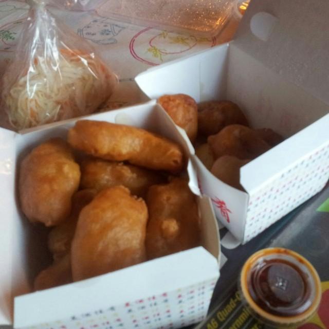 Froterad kyckling och friterad fläsk med sötsur sås