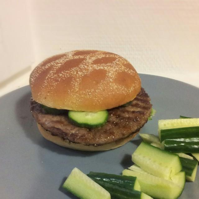 120 grams scan hamburgare i Frisco hamburgarbröd, med gurka, sallad och rostad lök