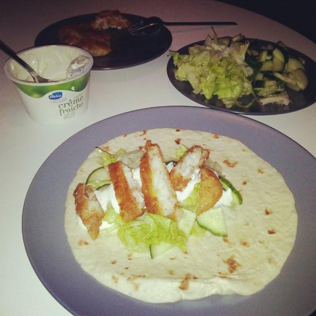 Fiskwraps med panerad fisk, isbergssallad, gurka, tortillabröd och laktosfri valio creme fraiche