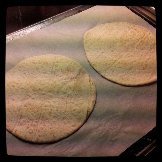 Pizza tortilla bröd från Santa Maria på plåten