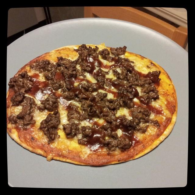 Köttfärs och bbq pizza på pizza-tortillabröd från Santa Maria