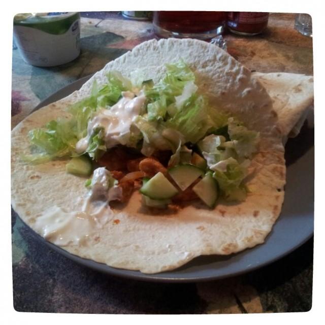Kycklingfajitas med egen kryddning i tacobröd med sallad, gurka och laktosfri creme fraiche