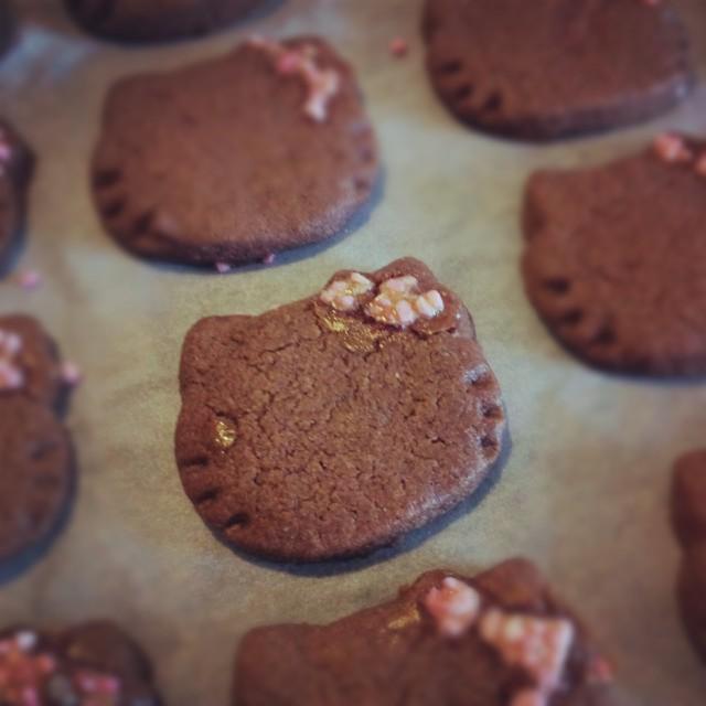 Onsdagsnöje, kakbak i form av Hello Kitty och receptet är mamma Stinas skurna chokladbröd