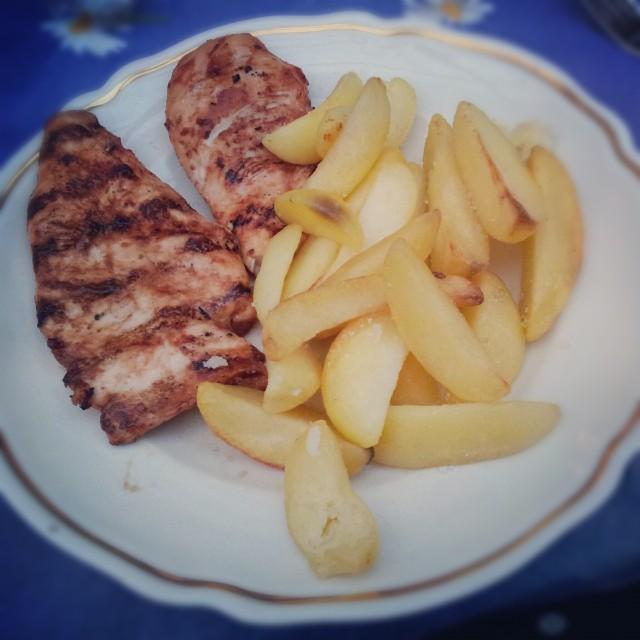 Lördagsmiddag hos svärfar, grillad kyckling och potatisklyftor