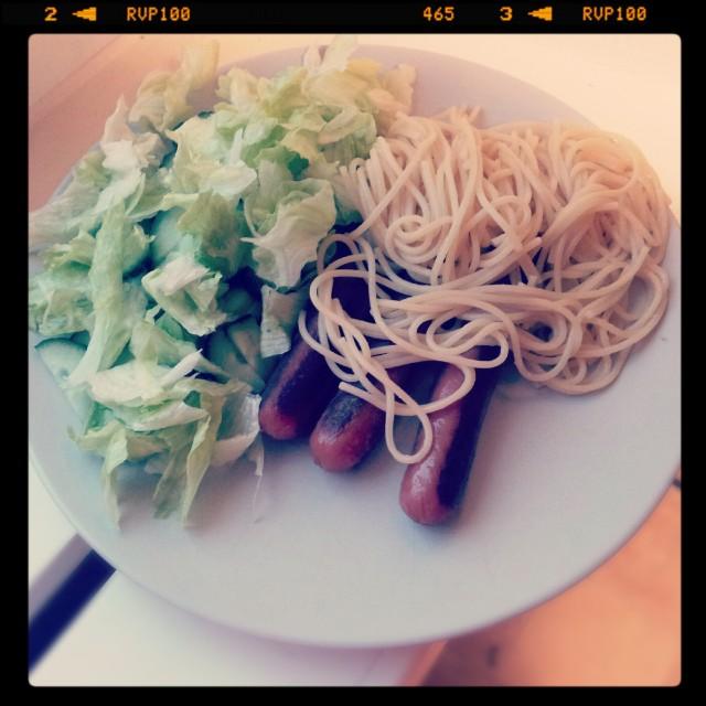 Sallad med stekt korv och kokt spagetti