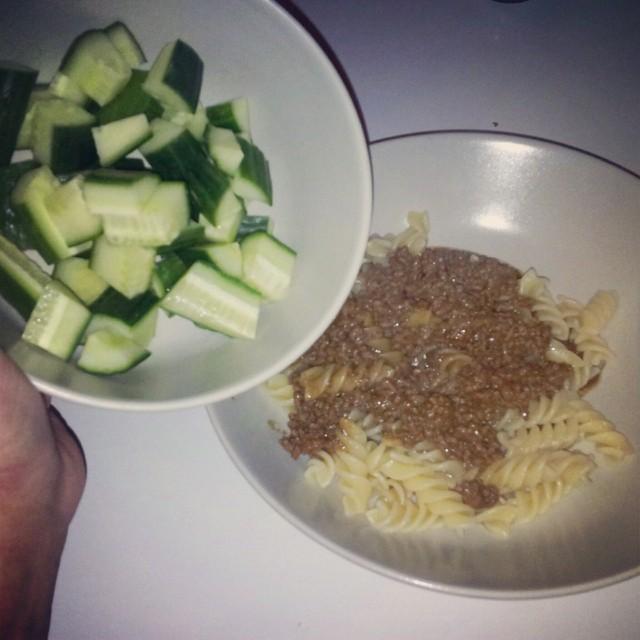 Mammas köttfärssås med pasta och gurka