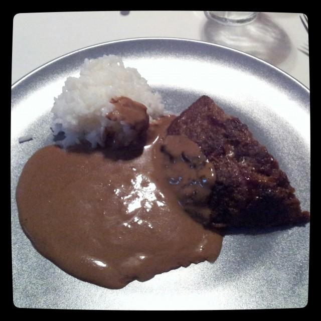 Köttfärslimpa på mager nötfärs, bbq sås, skorpmjöl, laktosfri mjölk, ägg och kryddor serverad med kokt ris, lingon och brun sås
