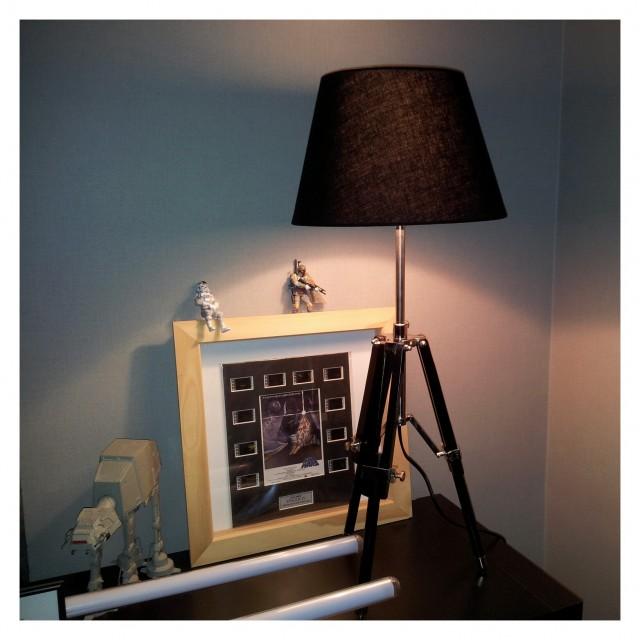 Lampa svart, benstativ i träfrån Trademax.se