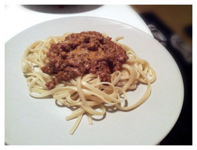 Laktosfri körrfärssås och spagetti