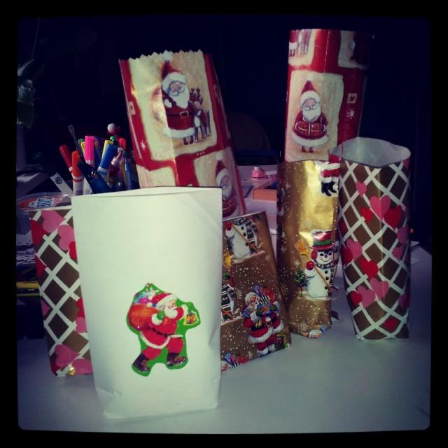 Pysselstund med syskondöttrarna, julpåsar för presenter och julgodis