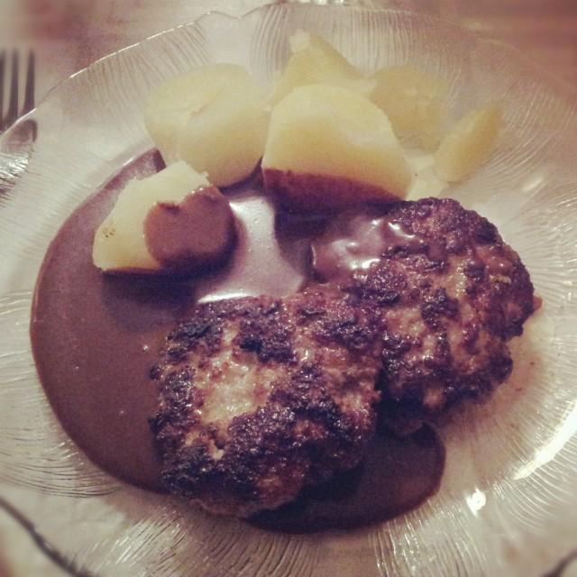 Fredagsmiddag; hemlagade laktosfria pannbiffar med sås och kokt potatis