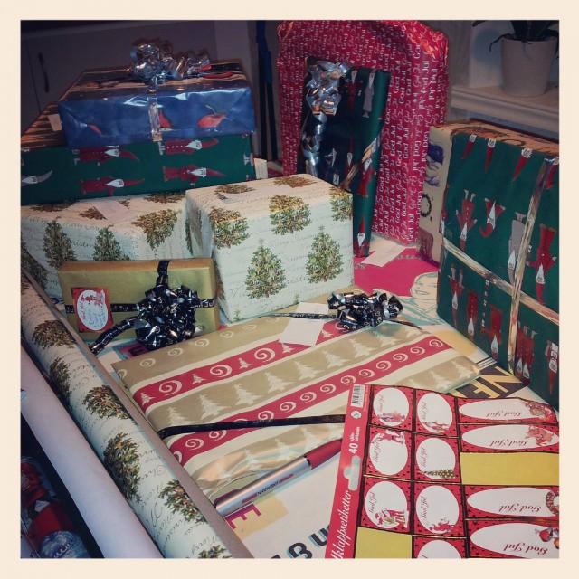 Onsdagsnöje - packa in julklappar till mina & sambons syskonbarnen, så skönt vara nästan klar med alla!