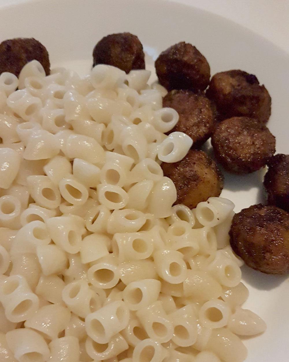 Helen J Holmberg - rensa frysen middag felix delikatessköttbullar med makaroner