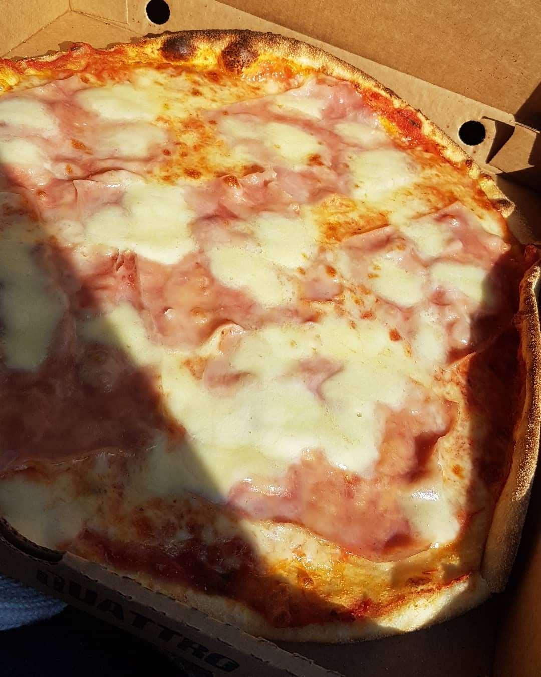 Pizza från Prego i Viken med buffelmozzarella och kokt skinka, Helen J Holmberg middag